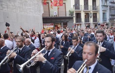 Bantzaldia De La Pamplonesa Y El Grupo De Danzas Aiko Mañana En La Plaza De Los Burgos