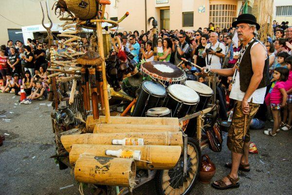 Los Músicos Y Actores De Turukutupa Invitan A Experimentar Con La Percusión Y Los Objetos Reciclados Mañana Por La Tarde En El Teatro De Calle De Carlos III